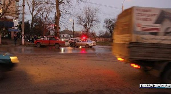 ДТП в Керчи: ВАЗ и машина полиции разворотили другу другу морды