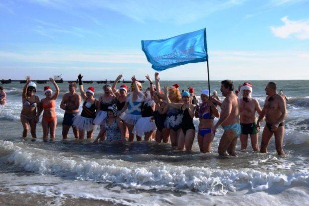 Фестиваль моржей в Евпатории собрал десятки любителей зимних купаний