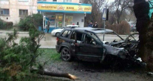 Ночное ДТП в Феодосии: джип влетел в дерево и загорелся. Водитель погиб, пассажиры - в больнице