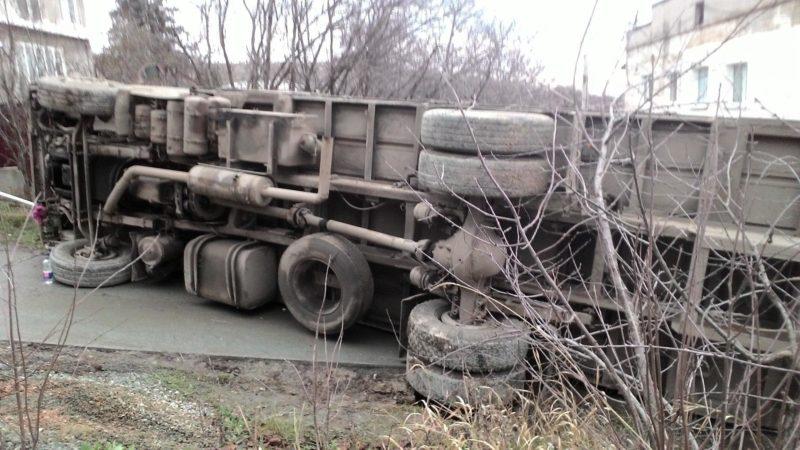 В Симферополе грузовик «пал» жертвой коварных дорог и навигатора