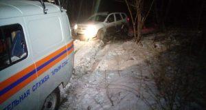 Крымские спасатели вытащили внедорожник с людьми из снежного плена
