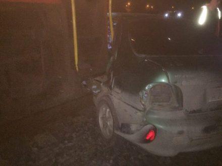 Глупое ДТП под Севастополем. Иномарка на железнодорожных путях угодила под тепловоз