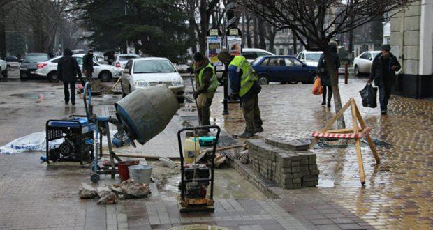«Волшебный пендель». В центре Симферополя по-быстрому начали ремонт тротуарной плитки