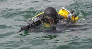 На Черноморском флоте боевые пловцы тренируются искать диверсантов в море