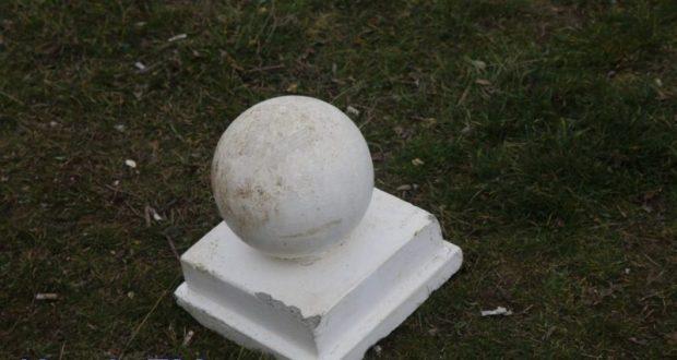 В Керчи на Бульваре Пионеров отбили конструкции на парапете