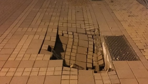В центре Симферополя провалилась тротуарная плитка
