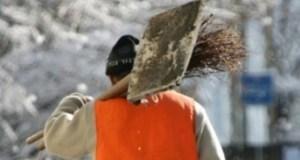 В Симферополе, в связи с ухудшением погоды, на улицах города работают 165 дворников