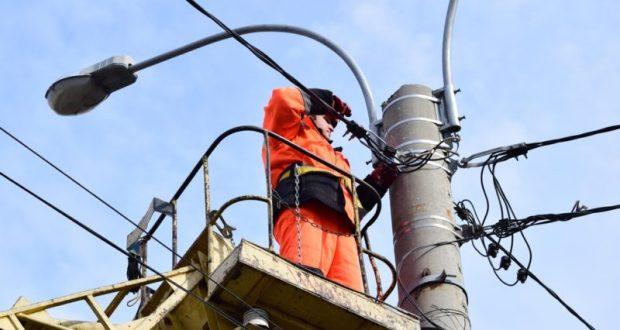 На проспекте Победы в Симферополе меняют лампы наружного освещения