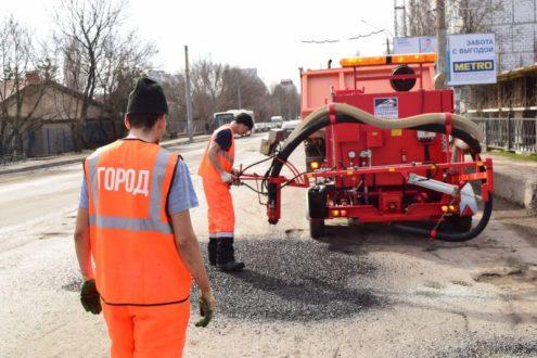 В Симферополе начался весенний ямочный ремонт дорог