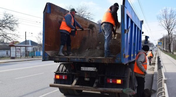 Улично-дорожную сеть Симферополя приводят в порядок после зимы