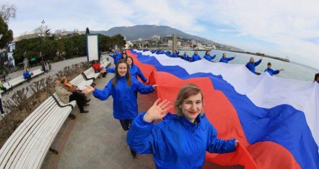 На набережной Ялты прошел флешмоб в честь победы Владимира Путина