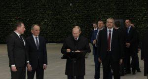 Владимир Путин сделал первую запись в Книге почетных гостей нового аэропорта Симферополя