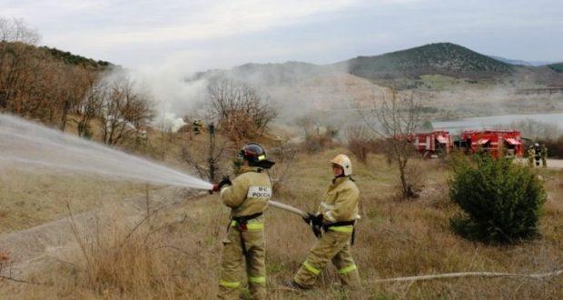 """В Севастополе """"тушили"""" крупный лесной пожар и спасали пострадавших"""