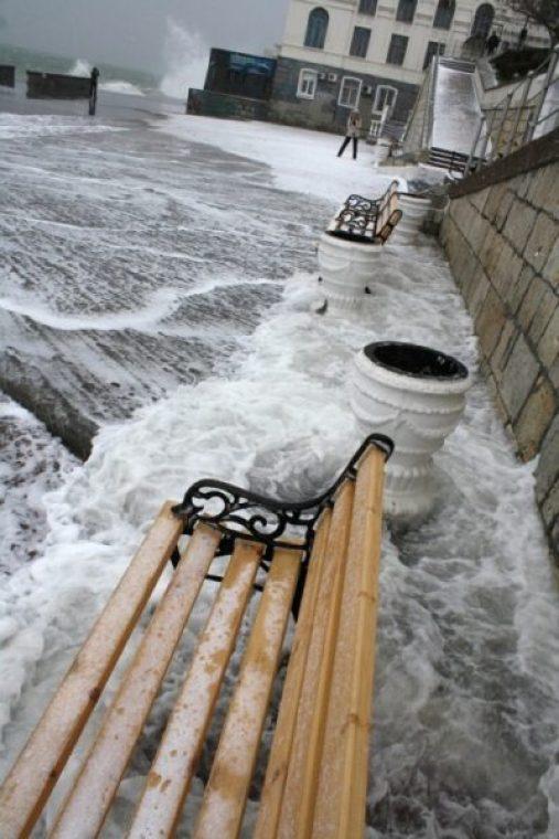 В Севастополе шторм частично разбил набережную в районе ИнБЮМа