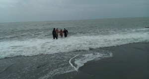 """В Алуште устроили заплыв """"моржи"""". Со стихией справились не все - троим понадобилась помощь спасателей"""