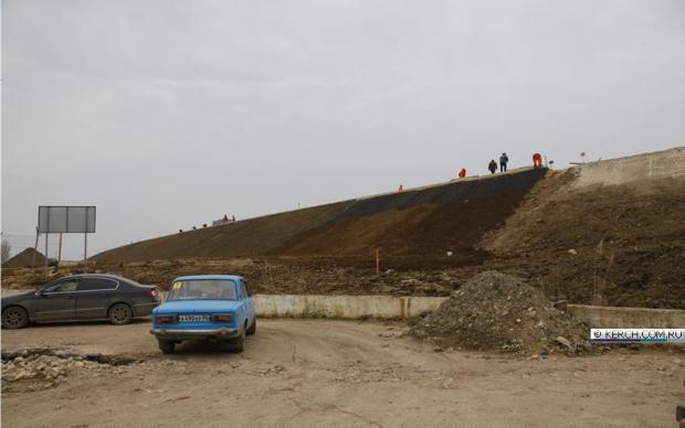 Рядом с автоподходами к Крымскому мосту возводят противошумные экраны