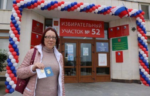 Севастопольцам на выборах Президента РФ вручают нагрудные знаки