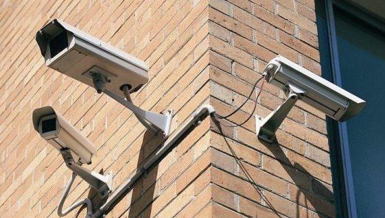 Двое жителей Симферополя похитили камеру видеонаблюдения с фасада магазина