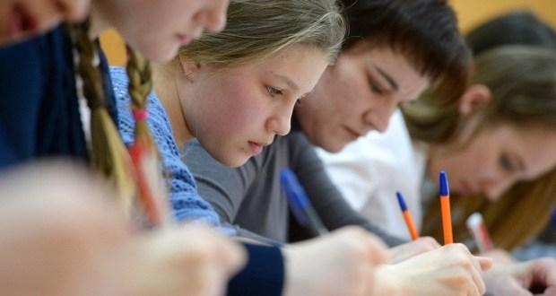 В честь праздника. Конституционные диктанты прошли в крымских школах