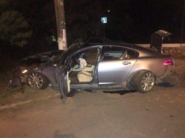 ДТП в Симферополе на Москольце: ночь, столб и Jaguar вдребезги. Двое - в реанимации