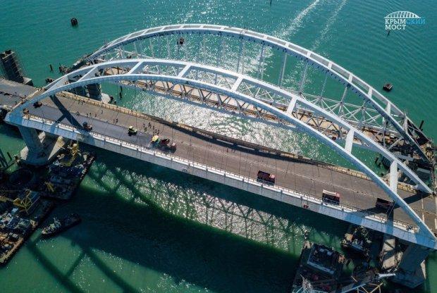 На автодорожной арке Крымского моста уже укладывают асфальтобетон