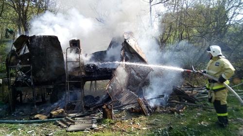 В Крыму - пожары. Горит сухая трава, огонь перекидывается на постройки