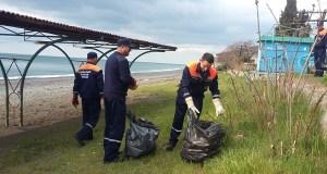 Сотрудники МЧС Крыма не только спасаю людей, но и убирают мусор