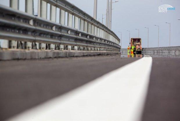 До открытия осталось… Строители уже наносят разметку на дорожное полотно Крымского моста