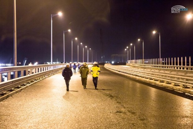 Строители протестировали освещение автодороги на Крымском мосту