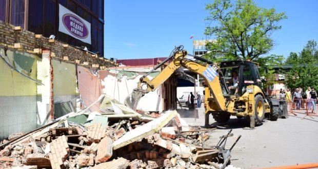 На симферопольской площади Куйбышева продолжается демонтаж торговых точек