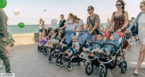 """В Параде близнецов в Ялте приняли участие 50 пар малышей """"одинаковых с лица"""""""