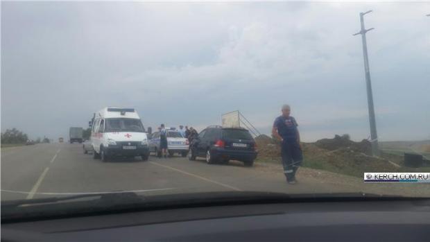ДТП под Керчью: КАМАЗ раздавил легковушку
