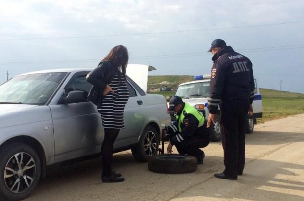 Крымских госавтоинспекторов благодарят: помогли на дороге беременной женщине