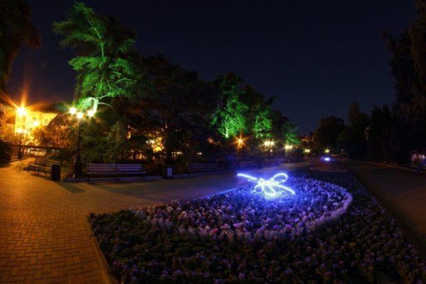 На Приморском бульваре Севастополя установили декоративную подсветку