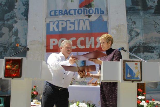 """Правительство Севастополя передало католикам здание кинотеатра """"Дружба"""". Торжественно"""
