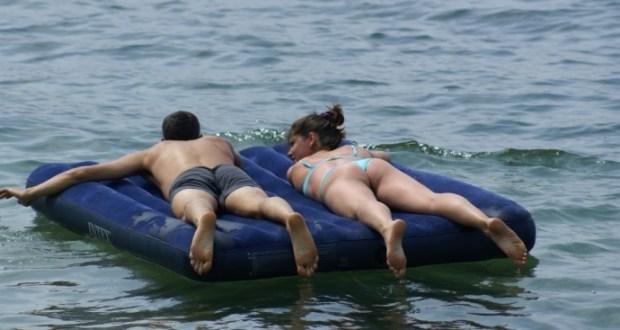 В Евпатории спасали москвичей - унесло в море на матрасе