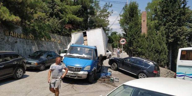 Нелепое ДТП в Гурзуфе. Ехал грузовик, вез пиво и вдруг…