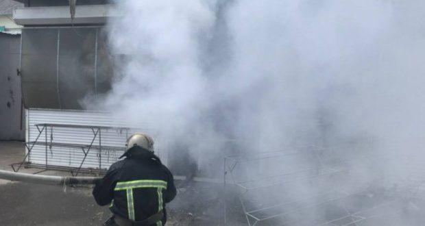 В курортной Оленевке сгорел торговый ларек