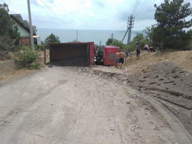 Под Севастополем опрокинулся грузовик. На горной дороге «сгорели» тормоза