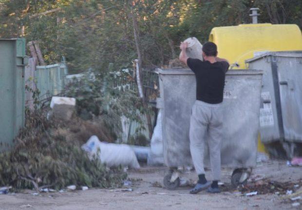 """В Симферополе вечером и ночью """"ловили"""" граждан, выбрасывающих строительный мусор"""