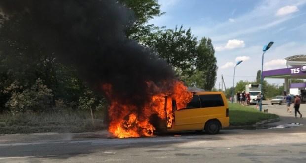 На выезде из Симферополя сгорел микроавтобус