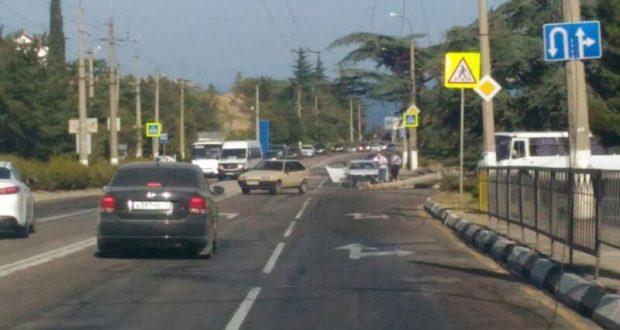 Из-за снесенной иномаркой опоры электропередач троллейбусы не могли добраться до Ялты