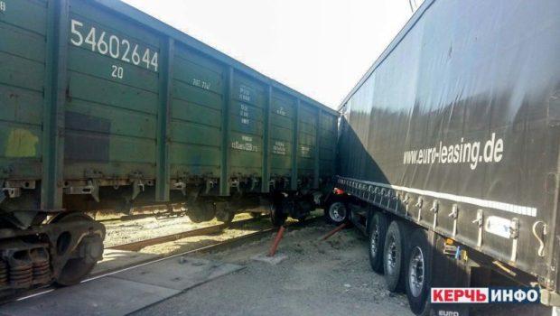 ДТП на Керченской паромной переправе: железнодорожный состав врезался в грузовую фуру