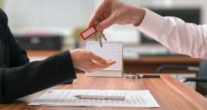 Эксперт: сделки купли-продажи недвижимости проще оформлять через нотариуса