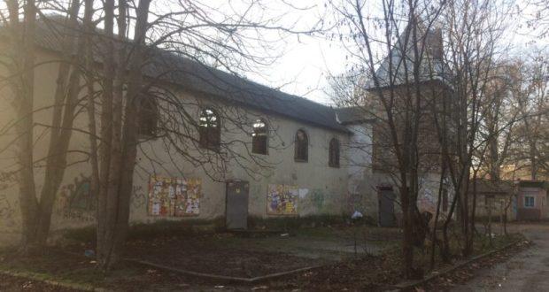 """В Симферополе разыскивают собственников то ли экс-барака, то ли """"недодворца"""""""