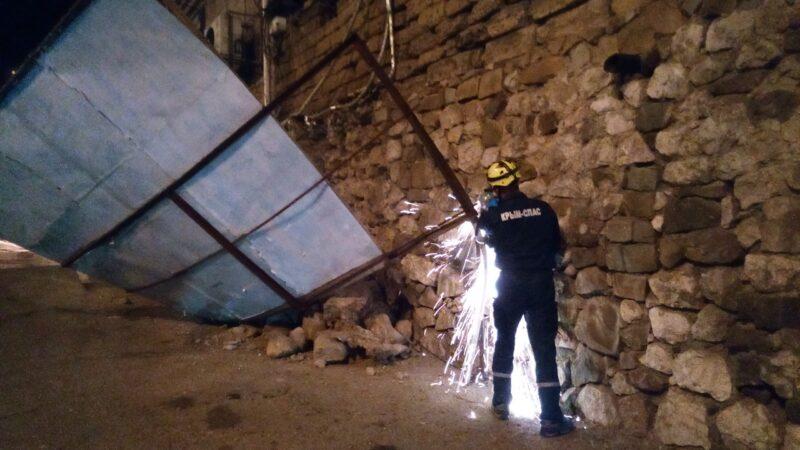 В Алуште из-за обрушения подпорной стены над дорогой завис огромный металлический каркас