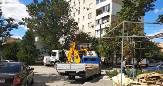 В Симферополе продолжается демонтаж незаконно размещённых торговых объектов