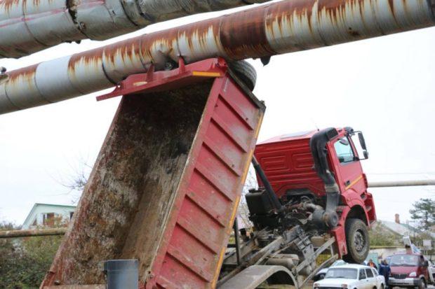 В Керчи устраняют последствия аварии с КАМАЗом и трубой теплотрассы