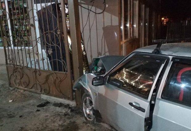 Ночные ДТП: в Феодосии такси «влетело» в фуру, в Севастополе ВАЗ «промазал» мимо ворот рынка