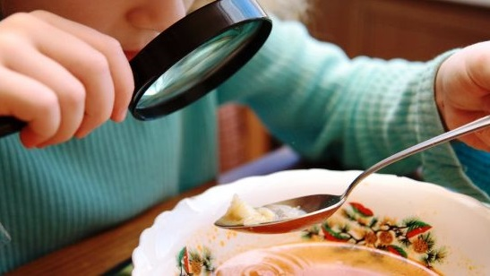 Школьников в Евпатории кормили просроченными продуктами, еще и порции уменьшали